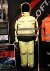 世界最高を目指した高視認性安全透湿防水防寒服